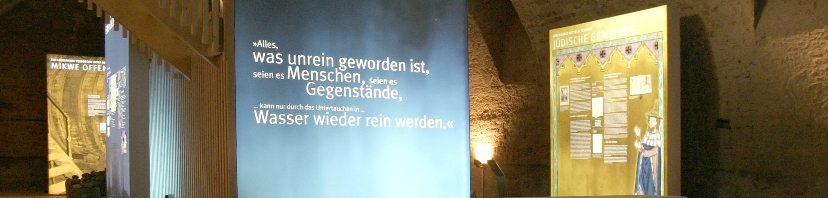 """Mikwe Offenburg: Blick in die Ausstellung """"Vom Bad zum Brunnen"""""""